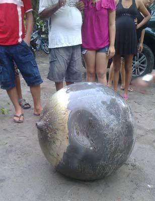 Objeto foi encontrado após moradores ouvirem barulho (Foto: Max Mauro Garreto/Arquivo Pessoal)