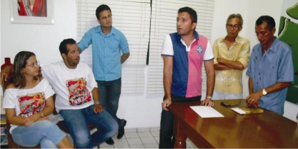 Equipe da prefeitura recebe dirigentes dos blocos carnavalescos.