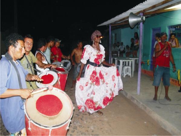 Pérola Negra samba junto a bateria do Mocidade.