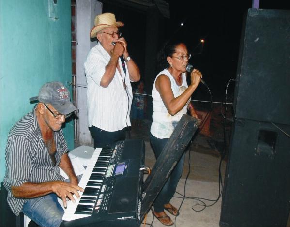 Raimundo do Foto (tecladista e vocal), Beira Mar (gaita) e Nona Milagres (vocal) no ensaio do Mocidade ontem.