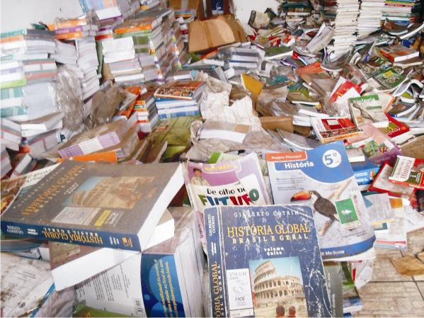 Milhares de livros jogados as traças