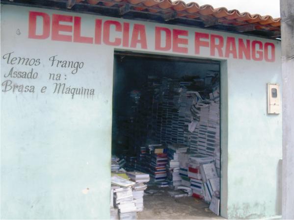 Antes de ser depósito de livros o local vendia frango assado.