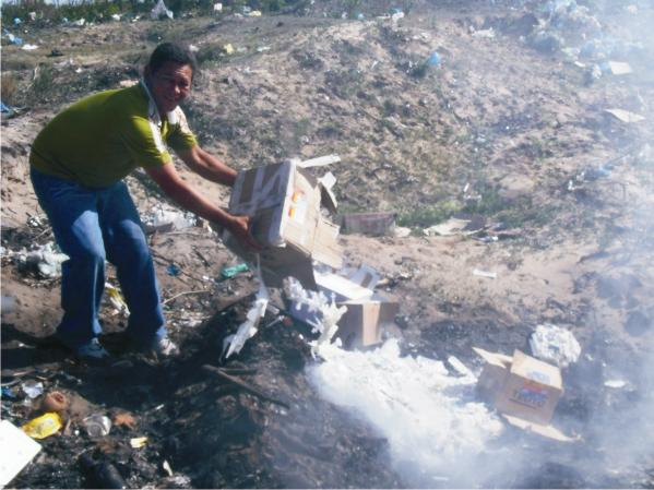 Funcionário de prefeitura joga remédios vencidos no fogo.