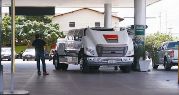 Carrão é abastecido em posto na cidade de Parnaíba