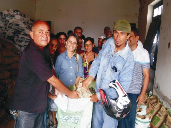 Prefeita Valéria Leal participa da entrega de sementes.
