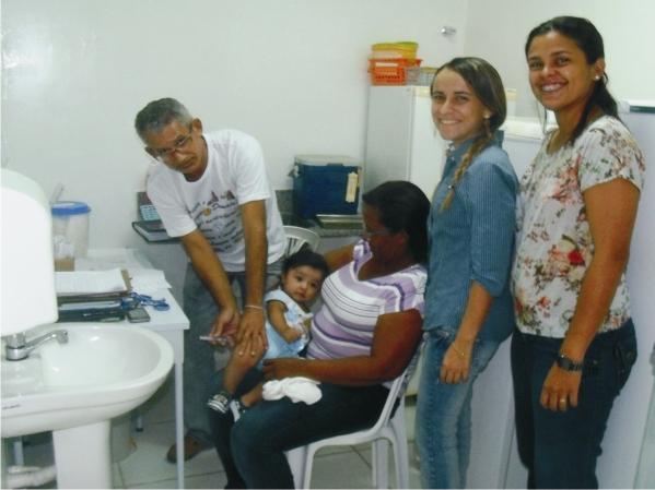 Prefeita Valéria Leal junto da equipe de vacinação.