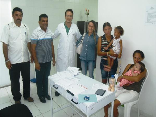 Hailton de Carnaubeiras. Manin Leal e a prefeita Valéria Leal com equipe médica e pacientes no Hospital do Município.