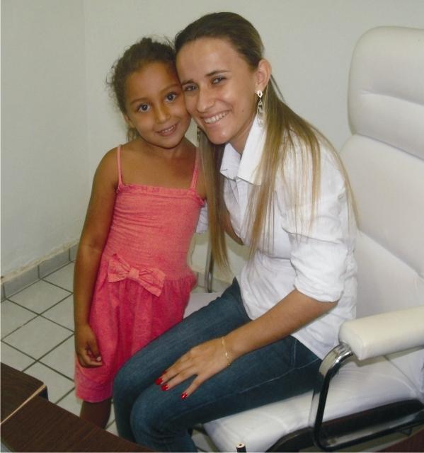 Mariana é só alegria ao lado da prefeita Valéria Leal.