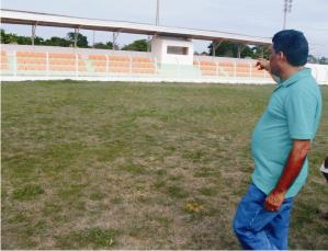 Manin Leal vistoria as obras do estadio.