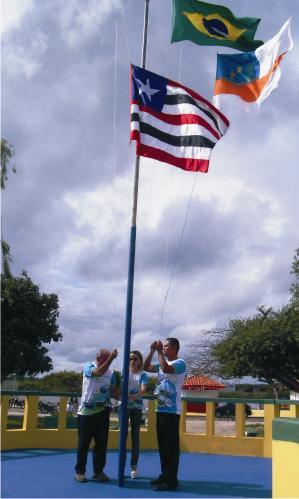 Hasteamento das bandeiras no coreto da Praça N. S. da Conceição.