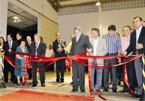 O governador em exercício, Washington Luiz, descerra placa, ao lado de dirigentes do Matsuda e dos secretários Mauricio Macedo e Cláudio Azevedo e do prefeito Sebastião Madeira.