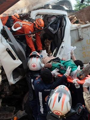 Morotista ficou preso às ferragens após o acidente (Foto: G1 Maranhão)