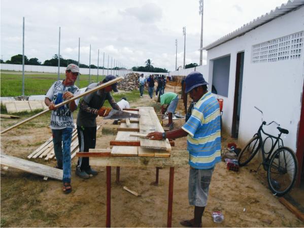 Operários trabalham na estrutura de armação.