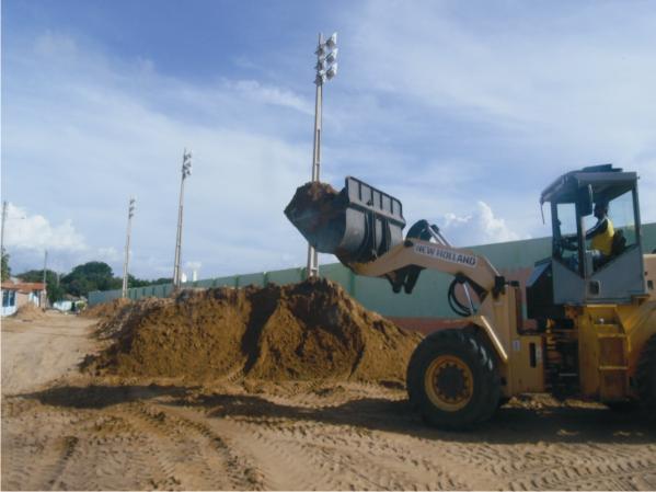 O excedente da areia tirada no piso do gramado está sendo usada em outras obras da prefeitura.