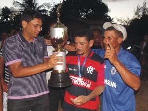 Vereador Telson Bittencourt entrega a taça do do Falmengo, vice-campeão