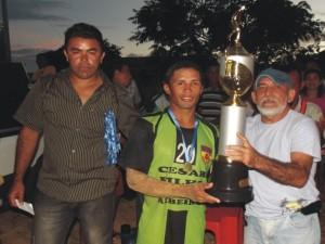 Vice-prefeito Mano Gonçalves entrega a taça de campeão ao capitão do BFC.