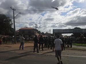 Policiais e helicóptero do GTA sobrevoando a área (Foto: João Ricardo/G1)