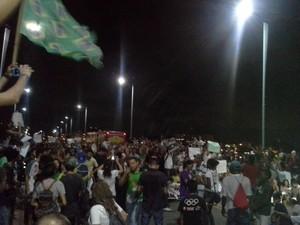 Manifestantes ocuparam um dos sentidos da Ponte Bandeira Tribuzzi (Foto: João Ricardo/G1 Maranhão)