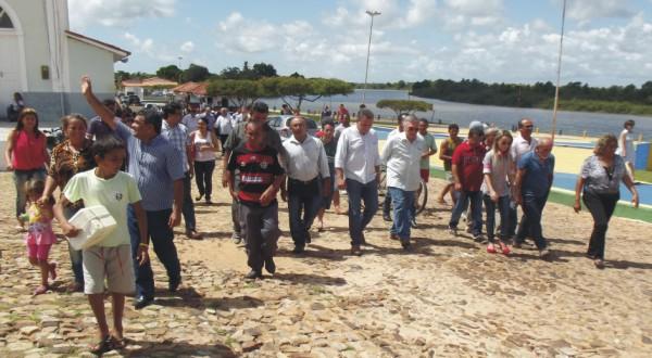 Luis Fernando e Valéria do Manin com comitiva seguem a pé para a prefeitura.