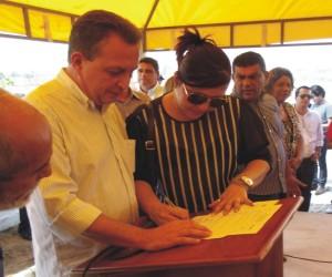 vereadora Flavia do Gentil  fez assinatura simbólica em nome dos vereadores de Araioses.