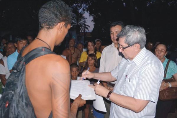 Vice-governador Washington Luiz Oliveira e secretário Fernando Fialho conversam com indígenas - Foto/ Ascom da Sedes