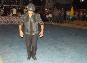 Carnaubeirinha, do povoado Carnaubeiras fez um número de dança de rua.