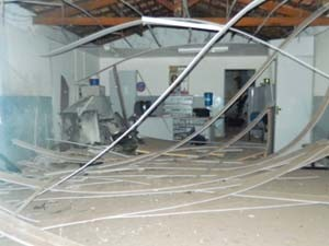Agência ficou parcialmente destruída. (Foto: Reprodução)