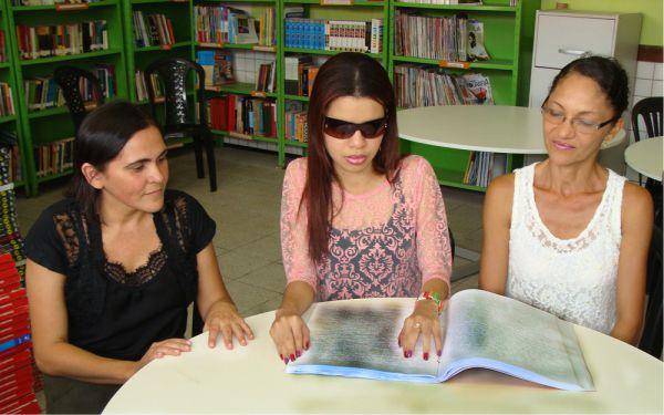 A estudante Saray Beatriz, acompanhada pela mãe, Rubenita de Jesus, e a gestora da escola, Evanir Torres - Foto/Orcenil Jr