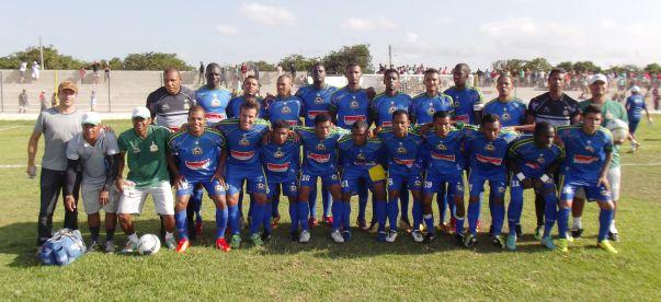 Equipe do Santa Quitéria posa para foto antes do jogo no Cardosão.