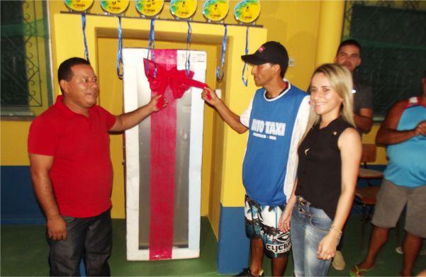 Mundin, primeiro mototaxista de Araioses recebe geladeira ao lado da prefeita Valéria do Manin