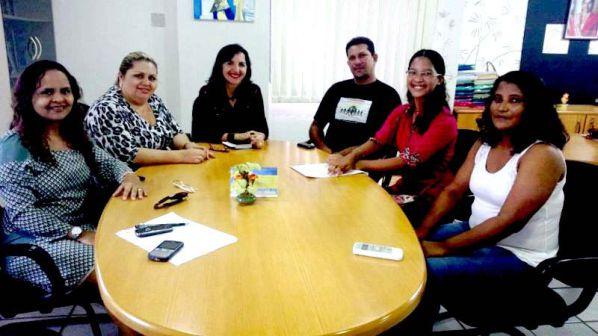 –Adjunta da Seduc, Leuzinete Pereira, com a aluna Cindynéia Ramos Cantanhêde, do Liceu Maranhense, acompanhada dos pais