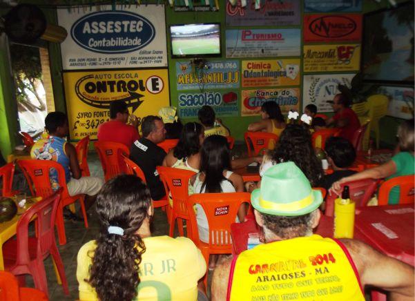 Torcedores assistem o jogo da seleção no 100% Natureza e não tiverama oportunidade de comememorar um gol.