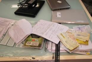 Cheques, contratos, documentos, entre outros materias, foram apreendidos