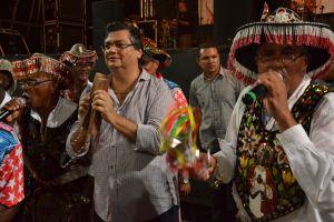 Governador Flávio Dino no meio dos brincantes no arraial do Ipem