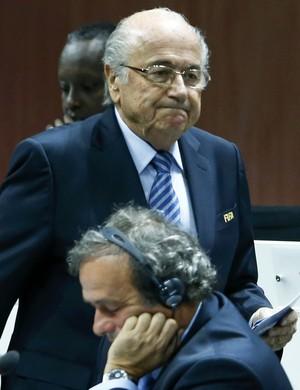 Joseph Blatter eMichel Platini são banidos do futebol por oito anos pela Fifa (Foto: Reuters)