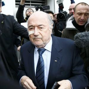 Blatter chega para coletiva (Foto: Reuters)