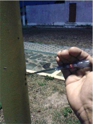 Um eletricista fez a medição da eletricidade do poste que mediu 220 voltes