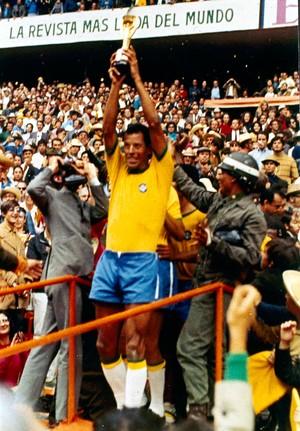 O gesto imortal de Carlos Alberto Torres após a conquista do tri pelo Brasil 1970 (Foto: Agência AP)